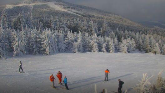 Ujęcie na trasy zjazdowe w Czarnej Górze Resort w Sudetach