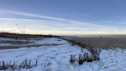 Widok na plażę we Władysławowie zimą