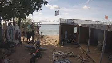 Widok na żywo na szkołę kitesurfingu na Helu.