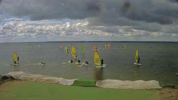 Kamera na żywo z widokiem na szkołę windsurfingu.