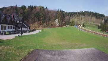 Widok na taśmę oraz Polanę Pingwina w ośrodku narciarskim Czarny Groń