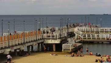 Widok z kamery obrotowej na plaże i morze w Gdańsku Brzeźnie
