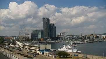 Widok na Marinę w Gdyni i nabrzeże młodych żeglarzy z kamery.