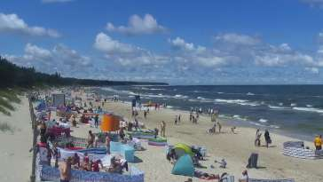 Widok na piękną, piaszczystą i szeroką plażę w Grzybowie w woj. zachodniopomorskim.