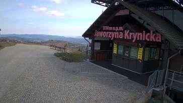 Widok na szczyt Jaworzyny Krynickiej i schronisko, w którym znajduje się muzeum i dyżurka GOPR-u