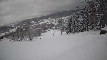 Widok na stok z górnej stacji ośrodka narciarskiego Kamienica - Bolesławów