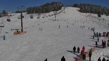 Widok na wyciąg krzesełkowy, orczyk oraz całą trasę narciarską