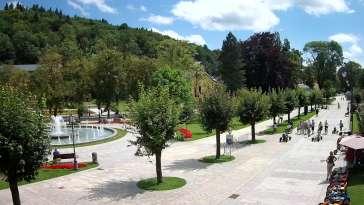 Widok na centrum Krynicy-Zdroju deptak, ścieżka, drzewa.