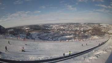 Widok z dołu na trasę narciarską w stacji Kurza Góra