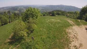 Widok na górą część trasy zjazdowej w Laskowa Ski