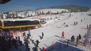 Widok z kamery na dolną stację ośrodka narciarskiego Małe Ciche.