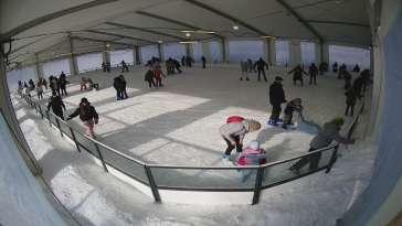 Zimą widok na duże lodowisko w Myślenicach, latem widok na park linowy
