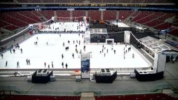 Kamera na lodowisko na płycie Stadionu Narodowego w Warszawie.
