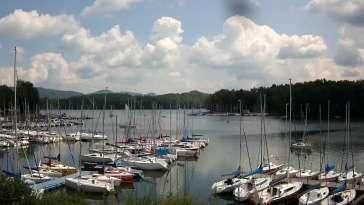 Widok na zacumowane żaglówki nad Jeziorem Solińskim