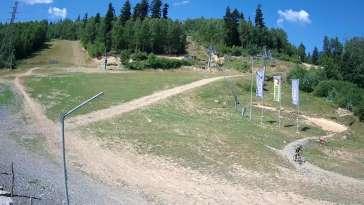 Widok na trasy zjazdowe w stacji narciarskiej Skolnity w Wiśle