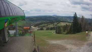 Widok na stok narciarski i kolej z górnej stacji kompleksu Słotwiny Arena w Krynicy