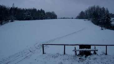Widok na dolną część stoku w stacji narciarskiej Smerkowiec