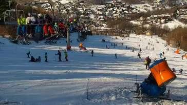 Widok na stację narciarską Szklana Góra w Harbutowicach.