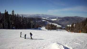 Wyciąg narciarski i fragment trasy zjazdowej ośrodka narciarskiego Wierchomla