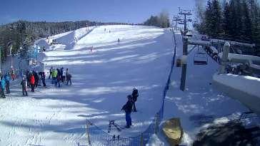 Widok na dolną stację wyciągu narciarskiego w Wierchomli