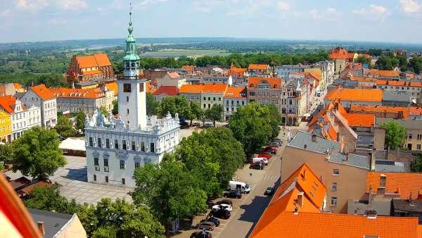Widok na rynek Chełmna i znajdujący się na środku ratusz