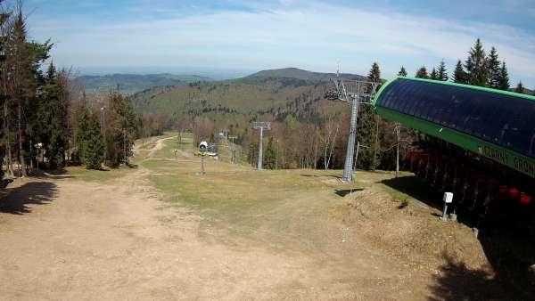 Widok z Kamery na górną trasę narciarską w Czarnym Groniu