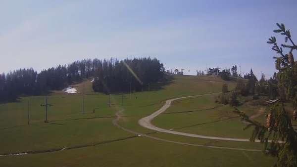 Widok na dolny odcinek trasy orczykowej stacji narciarskiej Czorsztyn-Ski Kluszkowce