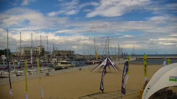 Ujęcie na szeroką plażę w Gdyni.