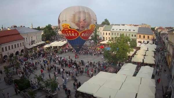 Kamera prezentuje ujęcie na rynek w Kielcach w województwie świętokrzyskim.