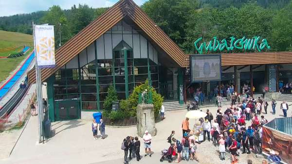 Widok na dolną stację kolei linowej na Gubałówkę oraz targowisko.