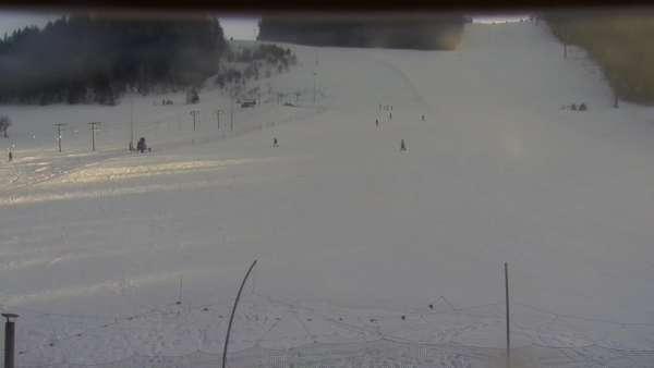 Widok na końcową część trasy zjazdowej w Limanowa Ski