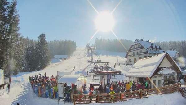 Widok z dolnej stacji w Ośrodku narciarskim w Spytkowicach w powiecie nowotarskim