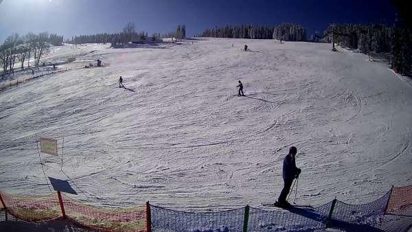 Widok z dołu na stok narciarski przy wyciągu W5