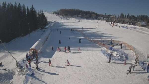 Kamera prezentuje obraz na żywo ze szkółki narciarskiej w Istebnej.