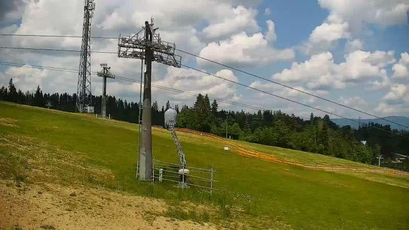BANIA SKI&FUN - widok na trasę zjazdową, kolej krzesełkową i narciarzy
