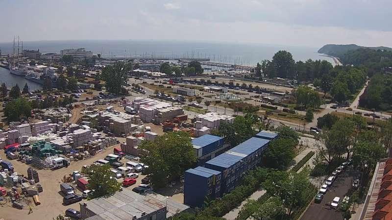 Widok na deptak, skwer i marinę w Gdyni.