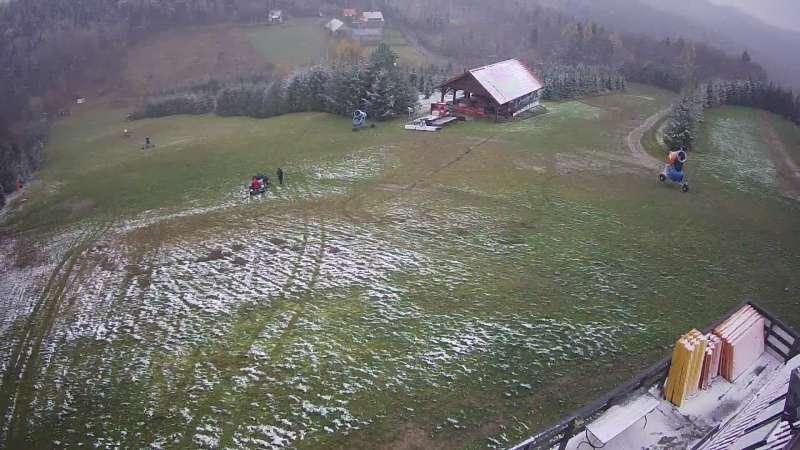 Widok na górną część stoku narciarskiego Jurasówka
