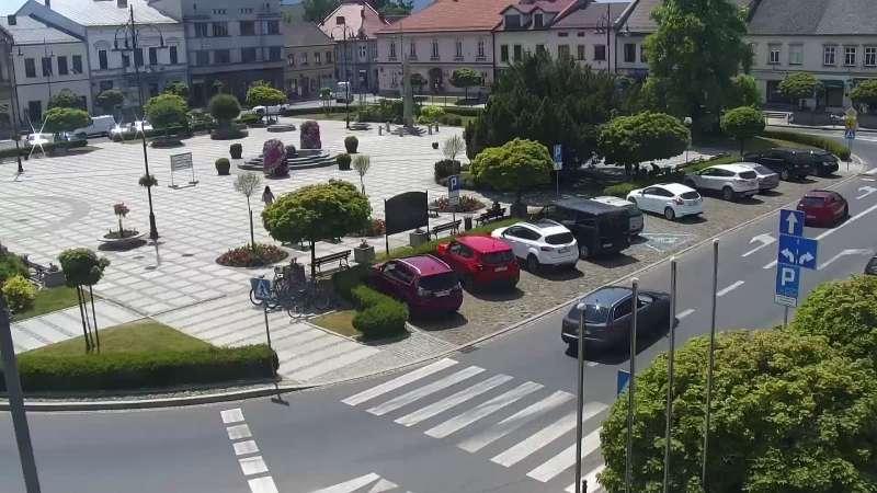 Kamera z widokiem na Rynek w Kętach z pomnikiem Św. Jana Kantego.