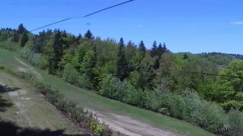 Widok na środkową część trasy zjazdowej w stacji narciarskiej Laskowa Ski