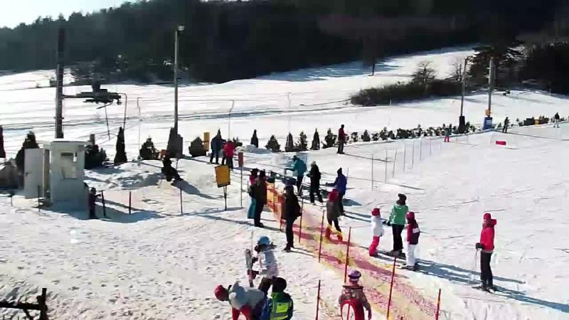 Widok z dolnej części stoku ośrodka narciarskiego Niestachów