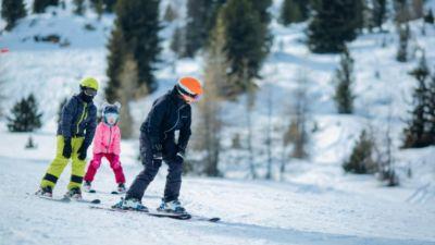 Dobierz odpowiednią długość nart do wzrostu dziecka.