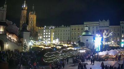 Ujęcie na wypełniony po brzegi Krakowski Rynek w świątecznej odsłonie.