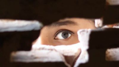 Podglądacz zaglądający w wizjer