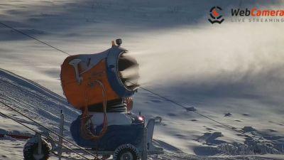 Widok z Kamery na pracującą armatkę śnieżną