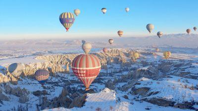 Turecka Kapadocja to region, do którego turyści przybywają tłumnie nie tylko latem, ale też zimą.