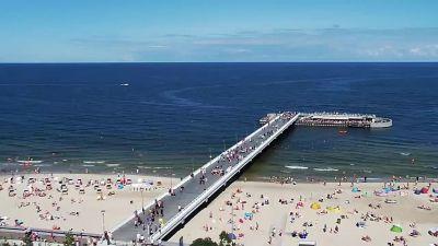 Widok na Molo i piaszczystą plażę w Kołobrzegu.