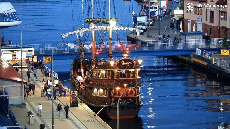 Zdjęcie przycumowanego pirackiego statku wycieczkowego wDarłówku