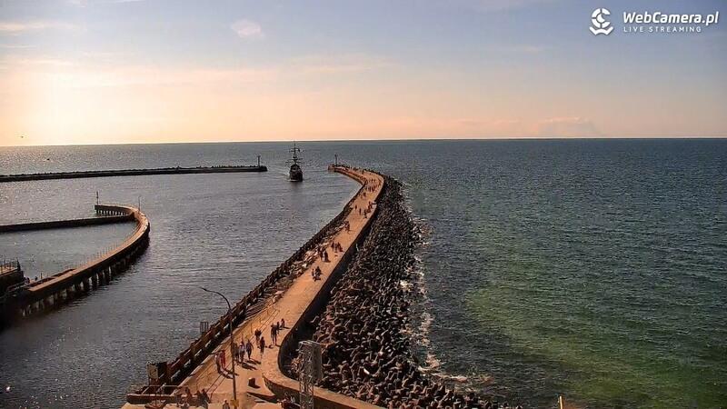 Ujęcie na wyjście zportu wmorze wDarłowie woddali zachód słońca.