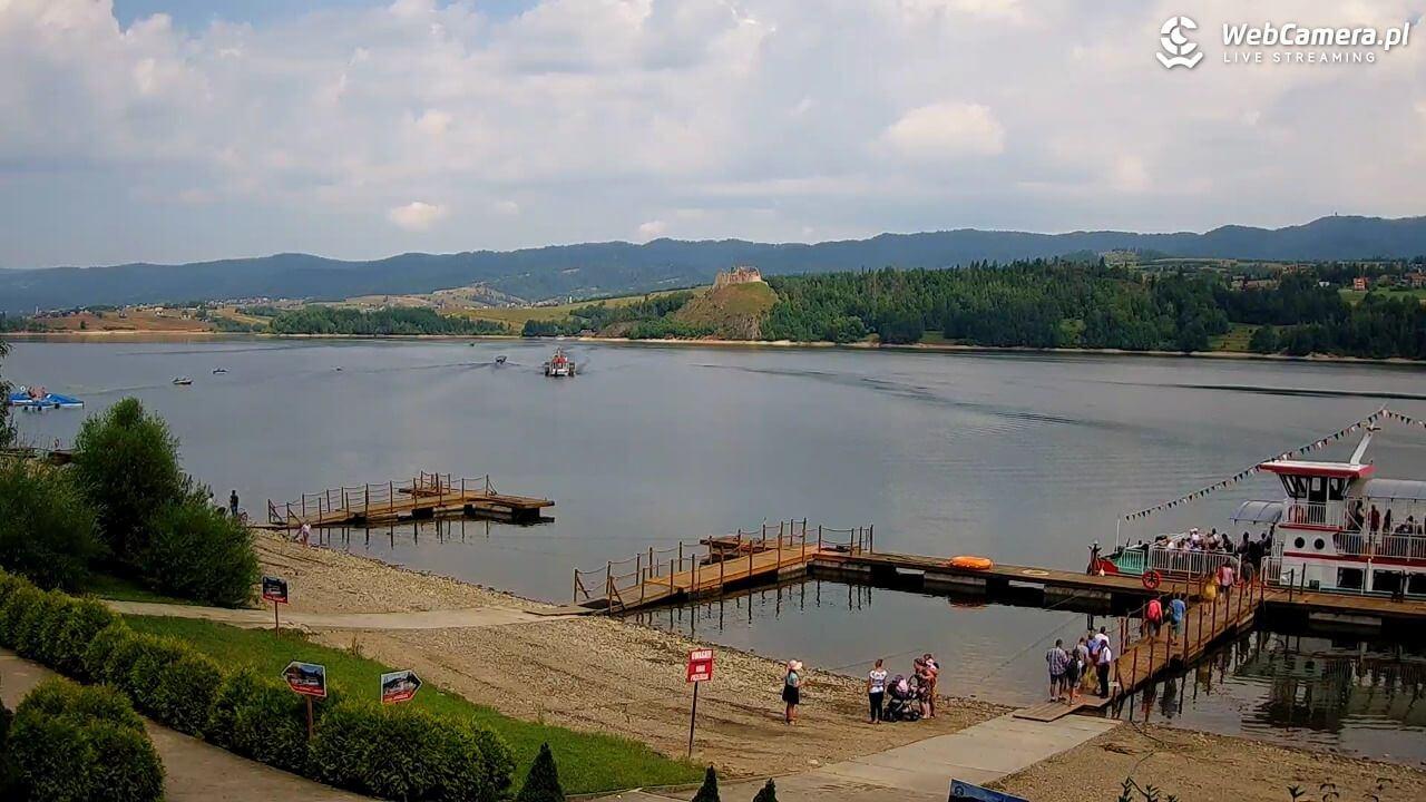 Zdjęcie zkamery na Jezioro Czorsztyńskie woddali płynące statki