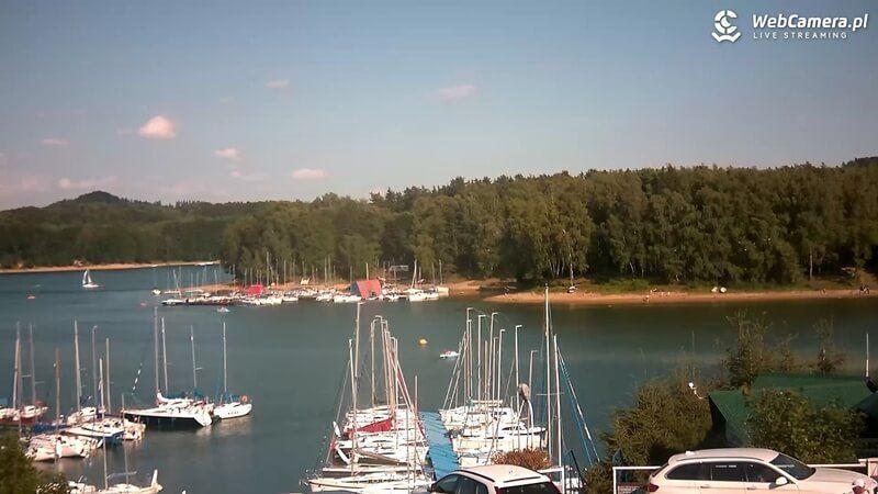 Polańczyk - widok na żaglówki przycumowane na jeziorze Solińskim